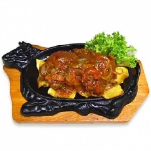 Горячая сковородка из говядины с картофелем