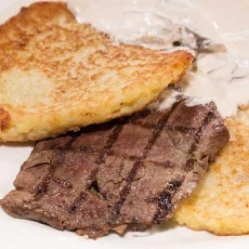 Драники с говядиной под грибным соусом