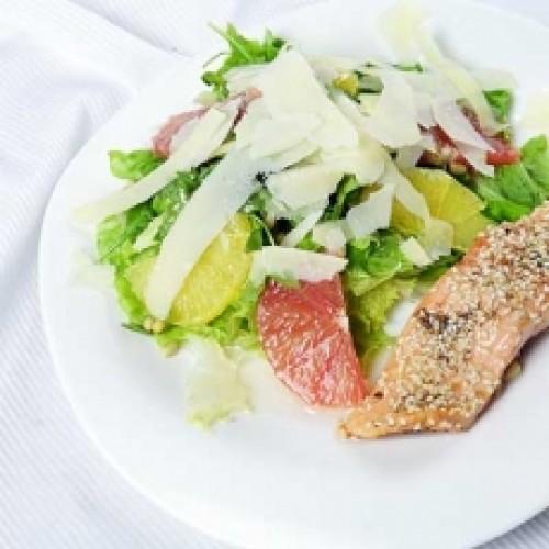 Теплый салат с лососем и кедровыми орешками