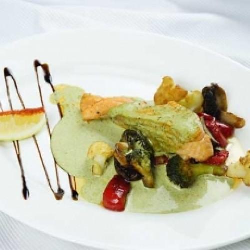Сёмга с овощами в сливочно-шпинатном соусе