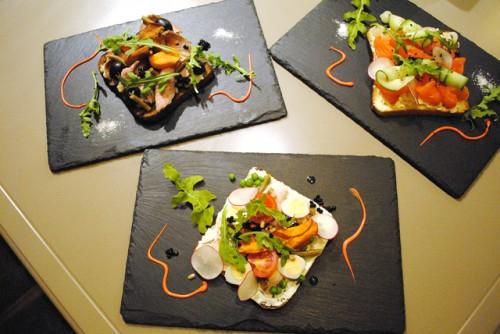 Сморреброд с креветками, томлёной сёмгой и сырным соусом