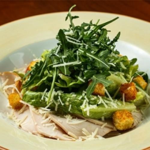 Салат с подкопченным цыпленком и хрустящими сухариками