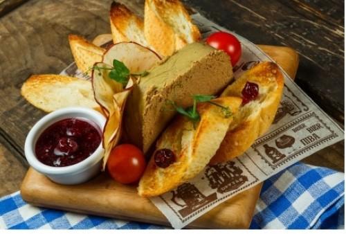 Чешский паштет с соусом из вишни и портвейна