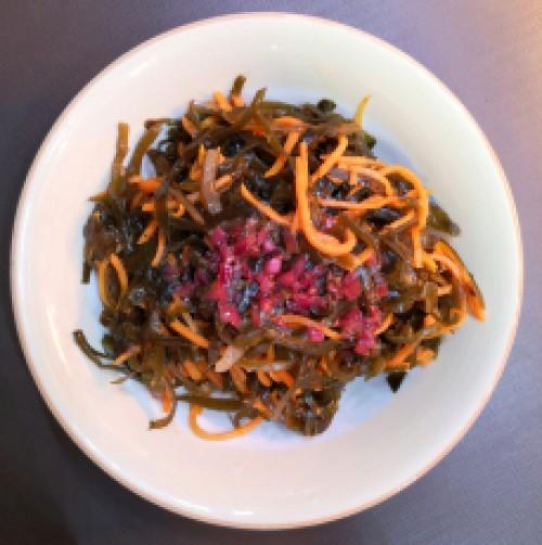 Салат из морской капусты и пряной моркови
