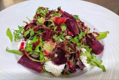 Салат со свеклой и домашним сыром под малиновым соусом