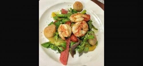 Салат с морскими гребешками и креветками, бланшированной спаржей, апельсином и грейпфрутом