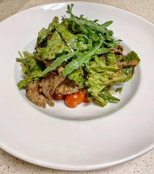 Салат с говядиной в британском стиле с орехово-бальзамической заправкой