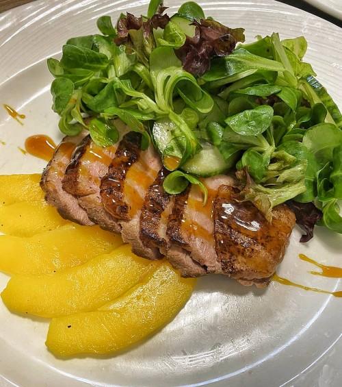 Салат с уткой и манго под тропическим соусом