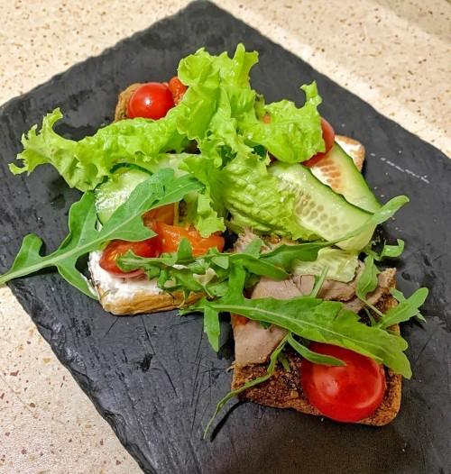 Сморреброд с ростбифом, маринованным перцем и ореховым соусом