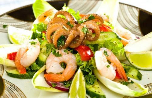 Салат с осмьножками и креветками с горчично-медовой заправкой