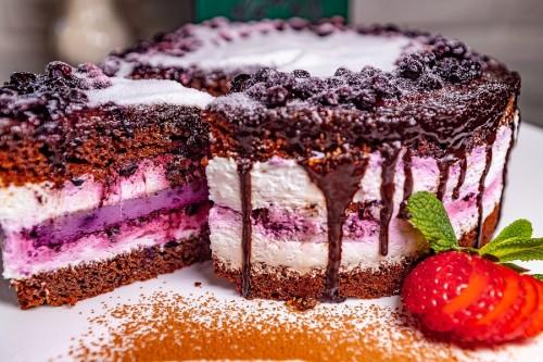 Торт Шоколадный с черничным чизкейком