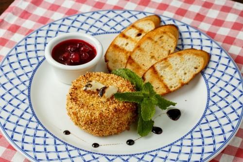 """Сыр """"Камамбер"""", запеченый в кунжуте с медом и чесноком, с крутонами и клюквенным конфитюром"""