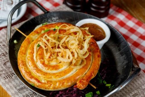 Улитка из куриной колбасы с сыром