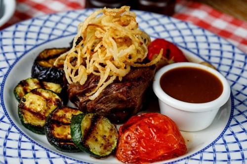 Баварский стейк из говядины с овощами гриль