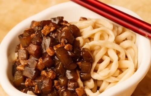 Лапша с мясом и баклажанным соусом