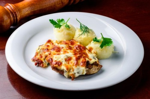 Свинина запеченная с грибами и картофельным пюре