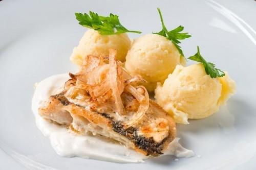 Рыба запеченная в сметане с луком и картофельным пюре