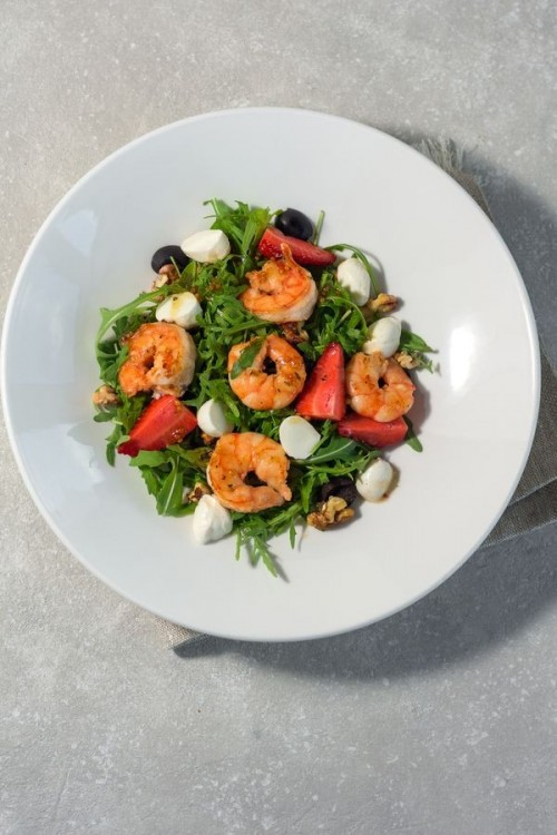Салат с креветками, клубникой и моцареллой