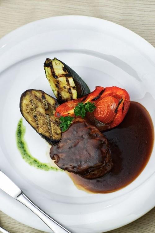 Филе говядины с овощами гриль и с соусом из красного вина