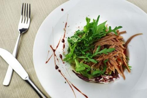 Зеленый салат с говяжьим языком и рукколой